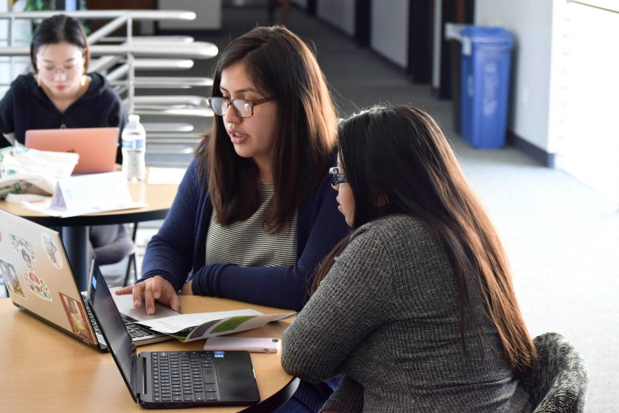 Enseñando: Estudiantes toman ventaja del programa de tutorías ofrecido por el Departamento de Español.  Fotos por Allison Gaskill- Fotoperiodista