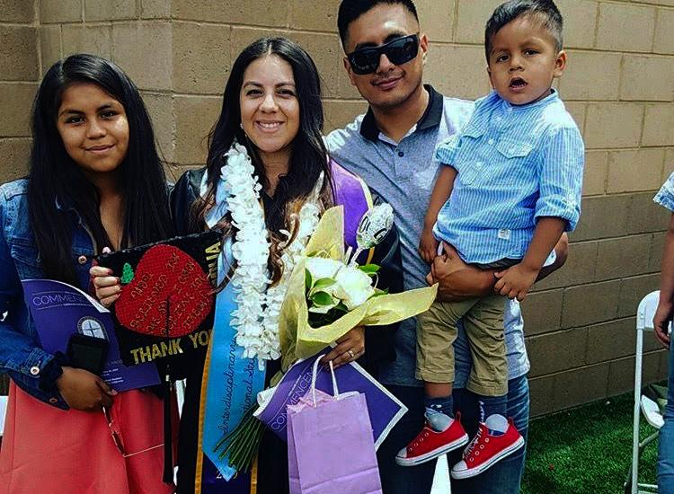 La+graduaci%C3%B3n+se+llevar%C3%A1+de+forma+presencial+en+el+Ventura+County+Fairgrounds+este+a%C3%B1o+de+2021.%0A%0AEn+esta+foto%3A%0ALaura+Martinez+y+su+familia+en+su+graduaci%C3%B3n+de+Cal+Lutheran+este+mayo+de+2019.+Martinez+obtubo+una+licenciatura+en+estudios+educativos+interdisciplinarios.