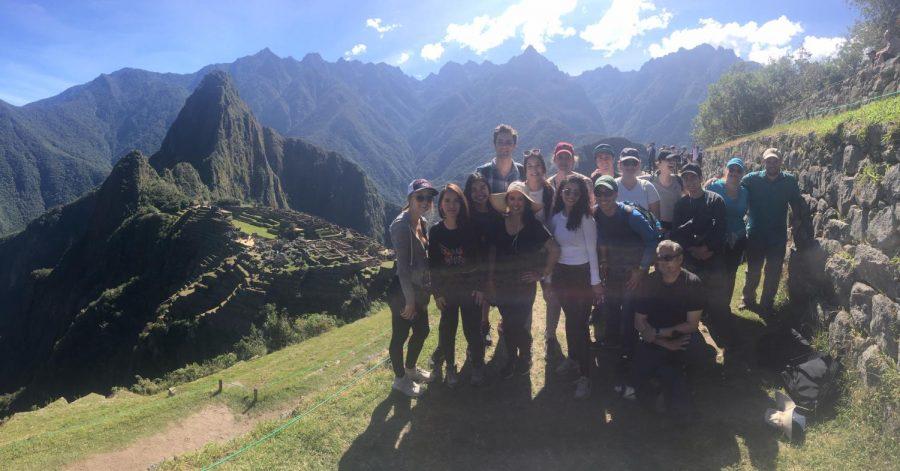 Los estudiantes de California Lutheran University en el programa estudiar en el extranjero visitando Perú.