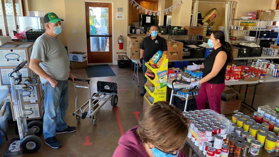 Adelante Comunidad Conejo ofrecía bolsas de comida para la gente de la comunidad. Los Voluntarios y trabajadores esperan para ofrecer sus servicios para cual quiera.