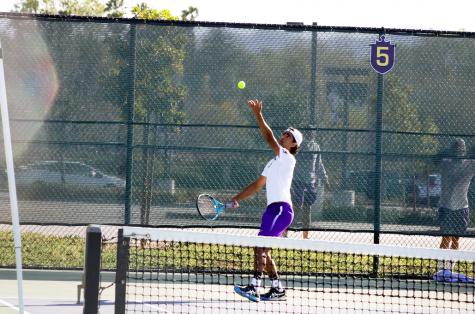 El tenista Charlie Spina fue reconocido como atleta del SCIAC de la semana. Aquí se ve sirviendo en un partido en Cal Lutheran.