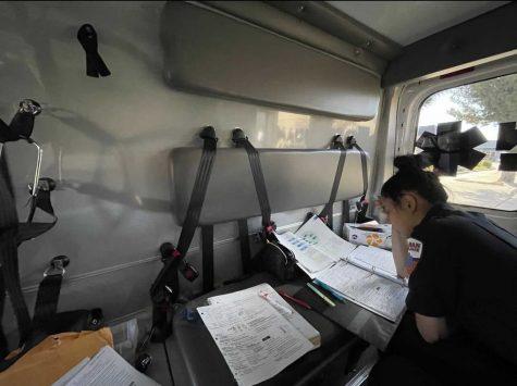 La ambulancia sirvió como sala de estudio para Sara entre llamadas, especialmente durante COVID-19. (Contrubuido por Erik Huanosta)