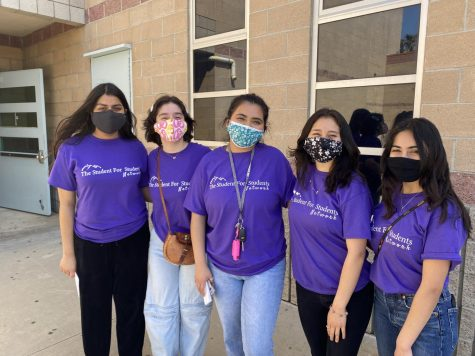 The Student for Students Network founder Janessa Garcia (center) and student volunteers at an event in Oxnard, CA.